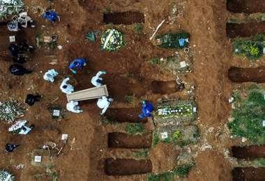 Nuevas fosas en un cementerio de Manaos. Foto AFP