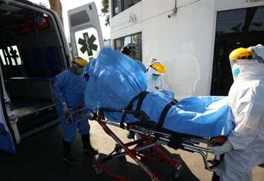 Retiran a un falllecido por covid-19 de un hospital de Lima. Foto Internet