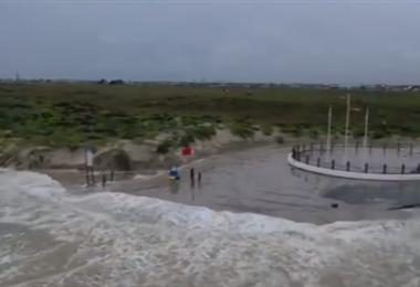 Captura de pantalla del fuerte oleaje por la llegada del huracán.