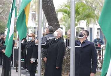 Ceremonia de iza de banderas en la Plaza 24 de Septiembre. Foto: Fuad Landívar