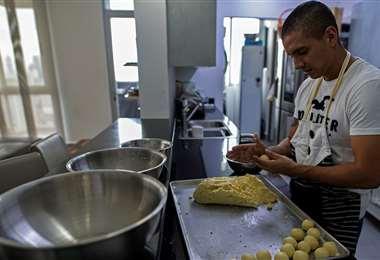 Juan Salazar, de piloto a panadero. Foto AFP