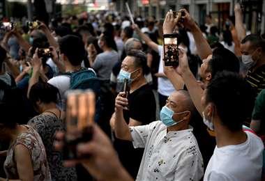 Chinos arremolinados frente al consulado de EEUU. Foto AFP