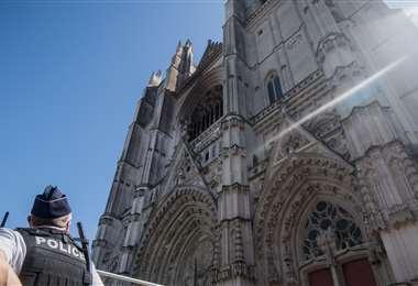 Fachada parcialmente quemada de la catedral de Nantes. Foto AFP