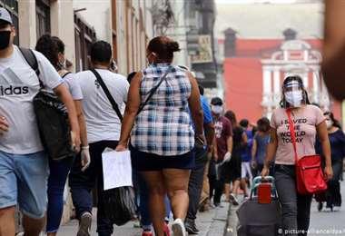 Gente pasando por una calle del centro de Lima. Foto Internet