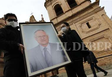 La familia doliente del epidemiólogo, Roberto Tórrez estuvo acompañada por las autoridades cruceñas. Foto: Ricardo Montero