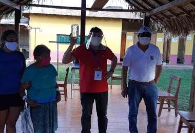 Voluntarios atienden pacientes en el centro de consultas covid. Foto Jorge Huanca Dorado