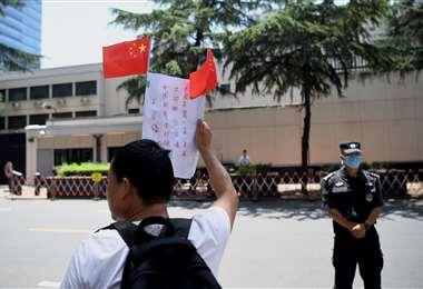 Un chino nacionalista se manifiesta frente al consulado de EEUU en Chengdu. Foto AFP