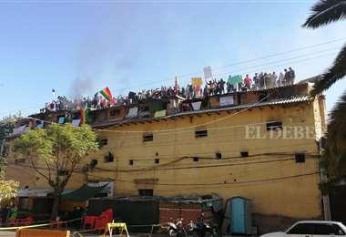 Los reos subieron al tejada del penal y esperan respuesta de las autoridades. Foto: Humberto Ayllón
