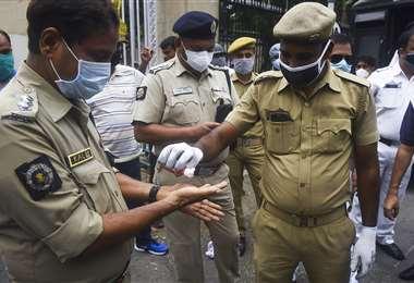 Policías indios con mascarillas. India es uno de los países más afectados por el coronavirus. Foto AFP