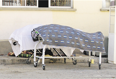 Dos cuerpos esperan ser retirados de la morgue en la ciudad de La Paz. Foto. APG Noticias