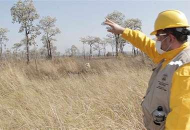Los funcionarios indican que la falta de humedad y las altas temperaturas favorecen a la propagación del fuego