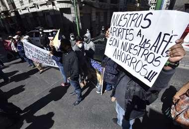 En La Paz los aportantes marchan solicitando la devolución de su dinero a las AFP (Foto: David Miranda-APG Noticias)