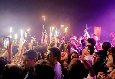 Las actividades que no se deben realizar en tiempos de coronavirus son las fiestas, existe el riesgo de contagio