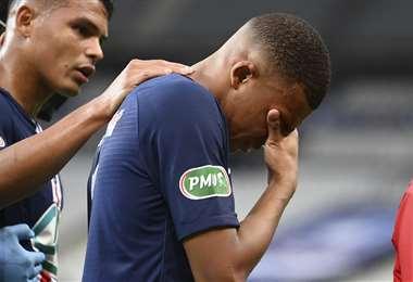 Kylian Mbappé se lamenta tras lesionarse. Foto: AFP