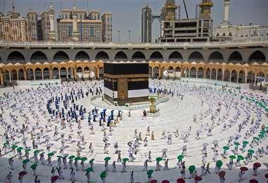 Peregrinos, en un número muy reducido, dando vueltas alrededor de la Kaaba, el santuario más sagrado del Islam, en el centro de la Gran Mezquita. Foto AFP