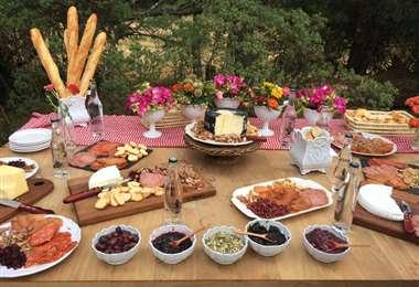 Mesa de carnes frías, quesos y panes, especial para una recepción social pequeña