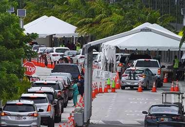 Un sitio de pruebas de Covid-19 al paso en Miami Beach. Foto AFP