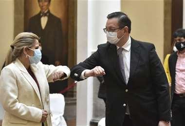 El ministro de Economía (der.) fue uno de los más afectados, ahora se recupera en su domicilio