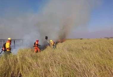 El trabajo intenso para apagar las llamas