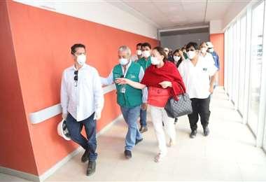 Óscar Urenda en una visita al hospital de Montero