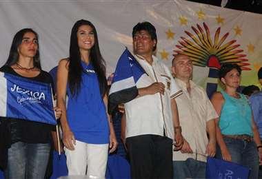 Jessica Jordan (segunda de izquierda a derecha) en un evento de campaña del MAS