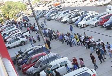 Esta es la faceta que se muestra en las oficinas de la entidad, las autoridades piden evitar las aglomeraciones. Foto: Fuad Landívar