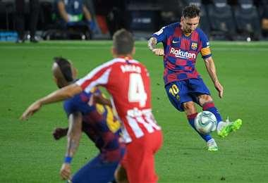 Messi ejecuta un tiro libre. Una radio española anunció que figura del Barcelona quiere dejar este club. Foto: AFP