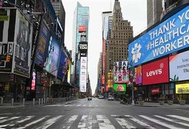 Así luce actualmente Broadway, la famosa calle de los teatros en Nueva York, desolada , con sus luces apagadas