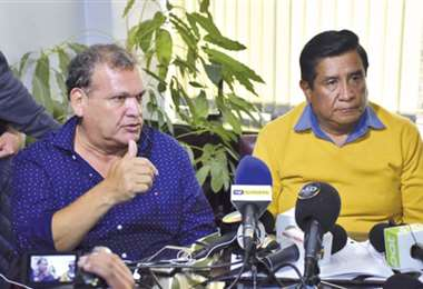 David Panigua (izq) y César Salinas se han reunido en varias ocasiones para resolver los problemas del fútbol nacional. Foto: internet
