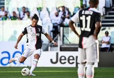 Cristiano Ronaldo anotó este sábado de tiro libre. Aportó al triunfo de Juventus que se encamina al título en Italia. Foto: AFP