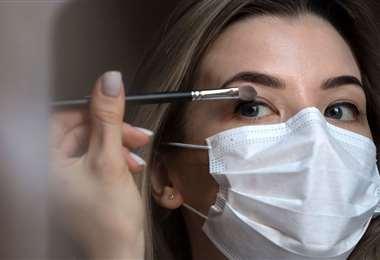 No hay estudios científicos que prueben infección de virus por los maquillajes, pero se debe tener cuidado
