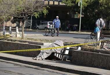 En Cochabamba, aparece otro cadáver en vía pública. Sería una persona en situación de calle. Fotos/David Flores/APG