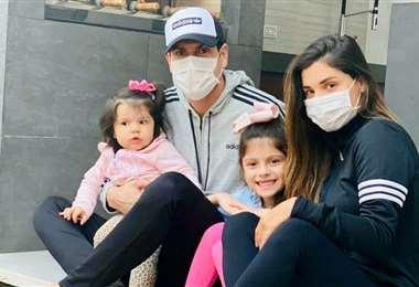 Carlos Lampe recuperado de Covid-19, junto a su familia. Foto: Redes sociales Carlos Lampe