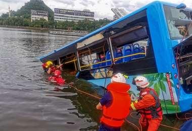 Rescatistas en busca de víctimas. Foto AFP