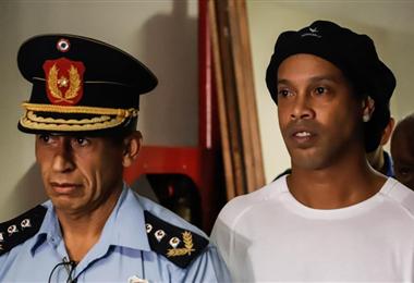 Ronaldinho aún no ha podido recuperar su libertad