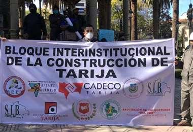 Los constructores protestaron en una caravana de vehículos y luego se concentraron en la plaza principal de Tarija./Foto: David Maygua