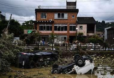 Vehículos se ven en el lecho de un río después de las fuertes lluvias e inundaciones en Hitoyoshi, prefectura de Kumamoto. Foto AFP