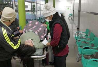 La mujer fue colocada en los pasillos del hospital a la espera de atención