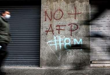 Un grafiti contra los fondos de pensiones en una calle de Santiago. Foto AFP