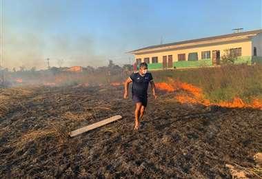 MarcoRodríguez en su intento de aplacar las llamas que por poco invadieron el Centro Técnico de la FBF en Cobija. Foto: FBF