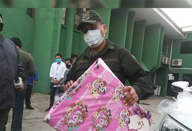 Un oficial de la Policía sostiene el regalo con el que el extranjero realizaba sus fechorías en Santa Cruz. Foto. Guider Arancibia