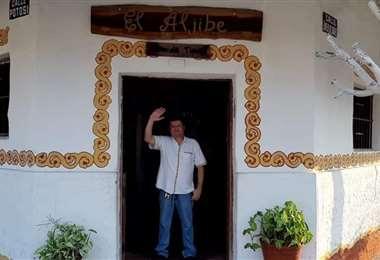 Javier Libera en la puerta de El Aljibe que recibió el premio a le excelencia de Travellers Choice