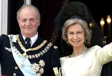 Los reyes Juan Carlos y Sofía de España, saludan desde un balcón del palacio real en Madrid