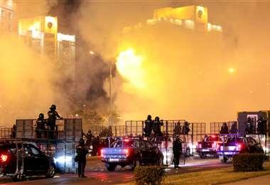 La policía dispersa a manifestantes en el centro de Minsk. Foto AFP