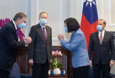 La presidenta y el secretario de Salud se saludan. Foto AFP