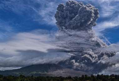 El monte Sinabung arroja cenizas espesas y humo al cielo en Karo, en el norte de Sumatra. Foto AFP
