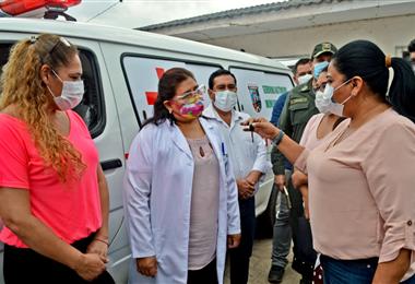 La alcaldesa de Warnes, Juana Araúz, entregó las llaves a las autoridades del hospital Nuestra Señora del Rosario