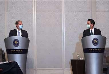 El ministro de Salud de EEUU (izq.) y el canciller taiwanés. Foto AFP