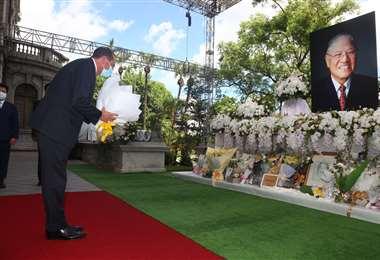 Alex Azar en una ofrenda floral al fallecido presidente taiwanés Lee Teng-hui . Foto AFP