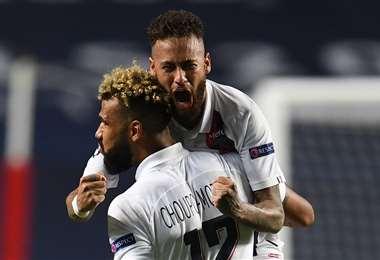 Celebra Neymar con Choupo-Moting, autor del gol de la victoria del PSG sobre Atalanta. Foto: AFP